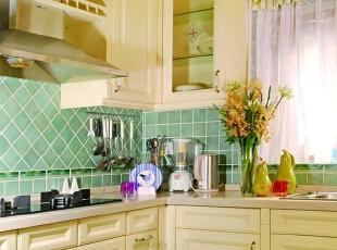 """厨房 香草色的橱柜,配以淡绿色的""""蜜蜂四季""""瓷砖,是由大铭老师所创造的经典配色案例,经久不衰,现在已成为诸多厨房空间设计的模板。,500平,200万,田园,别墅,厨房,黄色,绿色,"""