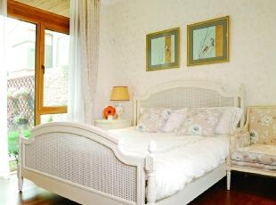 卧室 卧室的陈设,主要突出风格上的混搭,中式纹样的床品与欧式卷叶纹的床头互为融合,简约而不失华贵。,500平,200万,田园,别墅,卧室,春色,
