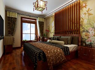 主卧室的床头设计木格子装修点缀,两侧摆放床头柜。梅花壁纸的铺贴中式感更强烈。,90平,9万,中式,两居,卧室,原木色,