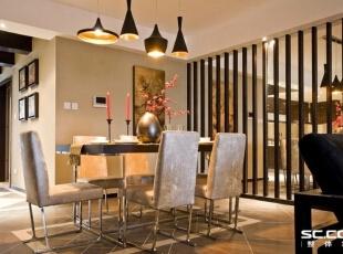 餐厅的背景墙采用镜面及中式隔断,精致的吊灯,名家字画,一派中式风情的高尚生活态度。,94平,12万,中式,两居,餐厅,黑白,