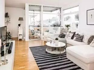 柚木地板看起来非常的质感,客厅软装搭配设计以黑白色为主,黑白条纹的地毯搭配米白色的沙发让空间的表现更加的鲜明。,家居装修设计,餐厅,现代,黑白,