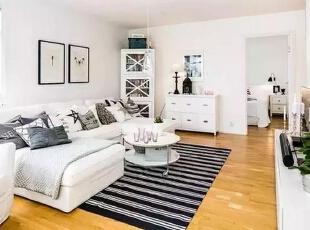 白色的沙发摆放着各式的靠枕,沙发墙采用现代黑白装饰画点缀,靠近卧室门口的白色边柜搭配黑色台灯、装饰品、挂画让视野所到之处都是一道温馨舒适的景致。,60平,4万,现代,一居,