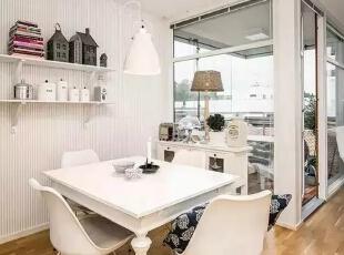 四方形的白色餐桌搭配伊姆斯DSW椅搭配白色的吊灯,靠近玻璃的白色边柜上的装饰品非常的景致充满田园的味道。,60平,4万,现代,一居,