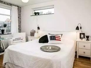 白色的床品搭配白色的床头柜加上黑色的小台灯,与及白色的沙发上腰枕渲染黑色的英文字给人恰到好处的点缀。,60平,4万,现代,一居,