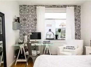靠窗的位置放置书桌,同时墙面贴上黑白图腾的花纹壁纸,窗口的位置摆放着绿植、台灯让空间看起来非常的优雅舒适。,60平,4万,现代,一居,