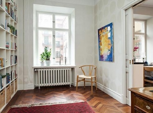 书房空间贴上了淡雅的壁纸,占满整面墙的大书架有着充足的藏书空间,角落里放一把椅子,不占空间而且可以随心移动。,95平,12万,欧式,三居,