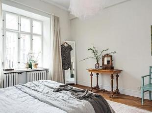 卧室里秉持了同样简洁的布置,淡雅的色彩带来了温和舒适的睡眠空间。房间里的吊灯十分引人注目,灯罩的层层纱幔营造出浪漫梦幻的氛围。,95平,12万,欧式,三居,