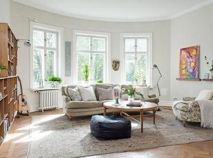 宽敞的客厅稍带一点弧形,显得更加优雅,三扇窗户透进明媚的阳光。灰色的沙发倚窗而坐,前面是一把让人倍感亲切的圆形茶几。墙上的装饰画,让空间平添几分艺术色彩。,95平,12万,欧式,三居,