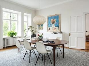 餐厅空间同样敞亮,一张大餐桌可供多人同时就餐,餐桌和餐椅的款式同样简单而不浮华,球形吊灯温馨而充满个性。墙上的空白处,仍然由艺术画作来填满。,95平,12万,欧式,三居,