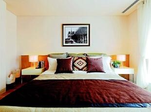 延续主卧的装饰风格,同样运用木质家具和主人自己拍摄的作品制成的画品,简单却不失温馨。,275平,90万,现代,大户型,