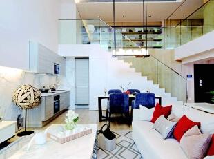 房子的整体装饰采用线条简约的大理石作为主基调,运用少量的跳跃色彩,使整个空间看起来更明亮温暖。家具沿袭了线条简约的风格,合理融入整个空间。各类精致的配饰摆件,既提高生活品质又不占据太多空间。,275平,90万,现代,大户型,