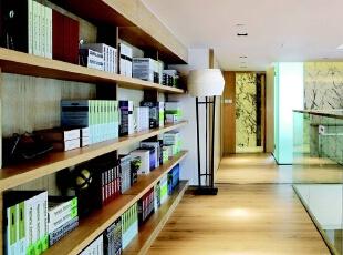 因为主人热爱阅读,而房子里并没有设置书房,于是在二楼走廊的位置做了整面墙的书架。与此同时,在一楼接近楼梯的位置设置了工作台,在充分利用空间的同时又满足了主人的阅读欲望。,275平,90万,现代,大户型,