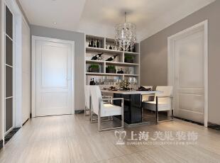 由于玄关与餐厅的空间是结合在一起的面积不大,而且采光不是特别好,设计师没办法把餐厅与厨房做成并无明显空间分隔的设计,只能尽可能的将空间利用好,简易的酒柜内嵌在墙中的设计使空间看起来不那么单调和拥挤,餐桌设计得巧妙自然,灰色与黑白色相结合,让厨房空间更显时尚感。,89平,6万,现代,两居,餐厅,