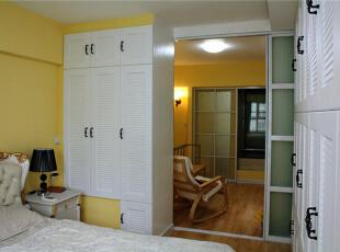 卧室内,欧式大床,壁柜、黑色布艺的台灯。明暗的对比搭配。,40平,6万,混搭,一居,
