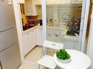 厨房的搭配让原本拥挤狭小的地方从搭配色上体现出了一种退后感,60平,8万,现代,两居,