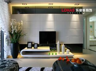 简洁的白色电视墙,时尚界经久不衰的黑色占据了沙发桌的表面,加上别致的沙发,带给人一股现代简单又时尚的气息,130平,11万,现代,三居,石家庄海棠湾装修,客厅,
