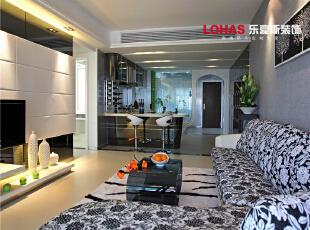 客厅出其不意又有种淡出的热情,再配以灯光相佐,使整体色调简洁而温暖。墙角一盆高大的绿植成为了绿色生命在此空间的展现,让本来后现在简约的气氛中点缀了自然的气息,一道风景就展现在眼前了,130平,11万,现代,三居,石家庄海棠湾装修,客厅,