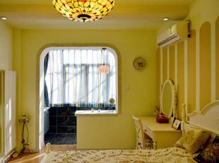 卧装修前后实景对比图设计说明:装修前的卧室墙面地面老化的都已经十分严重了,显的空间十分的狭小。装修后的卧室整体色调都非常的温馨,再加上阳台口圆润的设计,非常适合女孩子居住。,57平,56000万,地中海,两居,