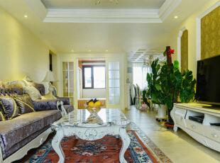 客厅:客厅的设计首先是大面积采用大量的暖色暗纹壁纸,给人的感觉也比较温馨,和紫黄色的窗帘属于同一个色系,但不一样的明度,有一个更好的衔接。家具方面,家具选择了一些紫色的家具,能提高整个空间的生动性,包括选择了紫罗兰色的地毯,它们也有一个更好的融合。至于茶几、电视柜以及顶部一些造型的颜色,都是以亮色为主,能够提高整个空间的亮度。,120平,6万,欧式,三居,