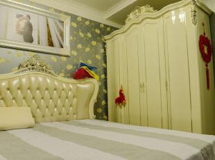 主卧:主卧大面积采用了深色欧式印花壁纸,作为主导色,在衣柜和床的选择上以亮色为主,和壁纸形成对比,最后通过灯具以及一些墙面石膏板造型和欧式的石膏线做点缀,从而形成一种暖色温馨比较让人入睡的氛围。,120平,6万,欧式,三居,