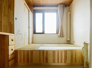 次卧:打掉原结构中的一睹轻体墙,使客厅和次卧形成了真正的南北通透,定做了欧式的透光推拉门,即保证了次卧的私密性,又不影响整体的透光和通风。家具做了榻榻米,便于以后有小孩的玩具空间,而且还有备用卧室的功能。,120平,6万,欧式,三居,