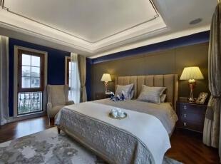 同样用沉稳的蓝色壁纸配以新古典风格的床品与配饰,意式的华丽与美式的淳朴相结合,高雅却不张扬。,200平,30万,现代,一居,