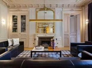 就像这栋别墅一样,有着古典的高贵气息,也散发着时尚的奢华味道,客厅以米色调为主,映入眼帘厚重大气的真皮沙发,告诉着我们主人的威严,壁炉上金色框雕花的装饰镜,做工精湛。,500平,60万,现代,一居,