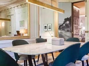 美食是巴黎人不可抗拒的,因此舒适、敞亮的餐厅也是设计的重中之重,深绿色的鹿皮餐椅,配上纹路细腻的白色大理石,让餐厅更加有奢华感,几何图形的地毯,把餐厅与客厅区别开。,500平,60万,现代,一居,