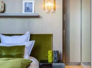 卧室的豪华装修让人咂舌,两间卧室分别用宝石蓝与翡翠绿色调区别,也是卧室的点睛之笔,与之呼应的装饰品,让卧室更加有品位。,500平,60万,现代,一居,