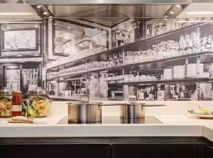 厨房一侧的壁纸丰富了厨房的气氛,也是一个亮点。,500平,60万,现代,一居,