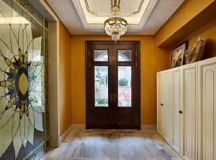 进入玄关,暖棕色美式格调的宅邸映入眼帘,使得整个别墅空间温馨舒适,彩色玻璃拼花隔断,充满欧式宫廷艺术气息,不难看出男女主人是一对颇具修养和品味的夫妇,同时也体现了他们对于自己的生活有着较高的品质追求。,550平,250万,现代,别墅,
