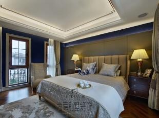 主卧采用沉稳的蓝色壁纸配以新古典风格的床品及配饰,带着意式的华丽展示着美式的淳朴,营造出一个淳朴又华丽的居室空间环境。精致细腻的新美式家具恰好与温馨舒适的别墅住宅和谐融合在一起,高雅却不张扬,淳朴却不奢华,不经意间营造了一种生活气息。,550平,250万,现代,别墅,