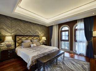 父母房的别墅装修设计简约而不失稳重。空间布局、灯光、色彩,及软硬装的巧妙结合,营造出一个静谧安逸的居住环境,这样的夜晚让人沉睡忘乡。,550平,250万,现代,别墅,