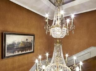木质简洁的楼梯配上纯白色的护墙板,连接着上下四层,贯穿空间上下,让我们可以慢慢细嚼这里的层次丰富的美式新古典细部,整个空间自然不造作,凸显美式风格自由舒适的气息。同时摒弃传统纷繁复杂的雕花手法,配饰中加入了休闲自然的纹理装饰。,550平,250万,现代,别墅,