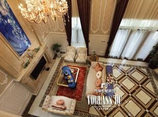 客厅作为整栋建筑里最大的空间均采用浅色系作为主色,从7米高的天花板自然垂下的水晶吊灯搭配丝绒窗帘散发出优雅而又从容的气息。做工精细的欧式家具,彰显出业主不俗的生活品味,而红色地毯和宝蓝色巨幅挂画的点睛之笔,给整个空间带来一抹鲜活。,274平,80万,欧式,别墅,