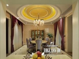 餐厅与客厅一脉相承,浅芋色锻面欧式桌椅静置其中,设计师寥寥几笔,干净利落又不失高贵雅致。,274平,80万,欧式,别墅,