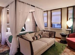 主卧红色和绿色的强烈对比,在黑白的调和下,显得圆融和谐。纯白的轻柔床幔,细致抒情。去掉繁琐复杂的东西,剩下最原始的美。,784平,350万,中式,别墅,卧室,