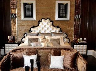主卧以金色和棕色为基调,不失豪华的时候还有些许的温馨,更让人感觉到别墅装修中透漏出的一丝高贵。,350平,120万,欧式,别墅,