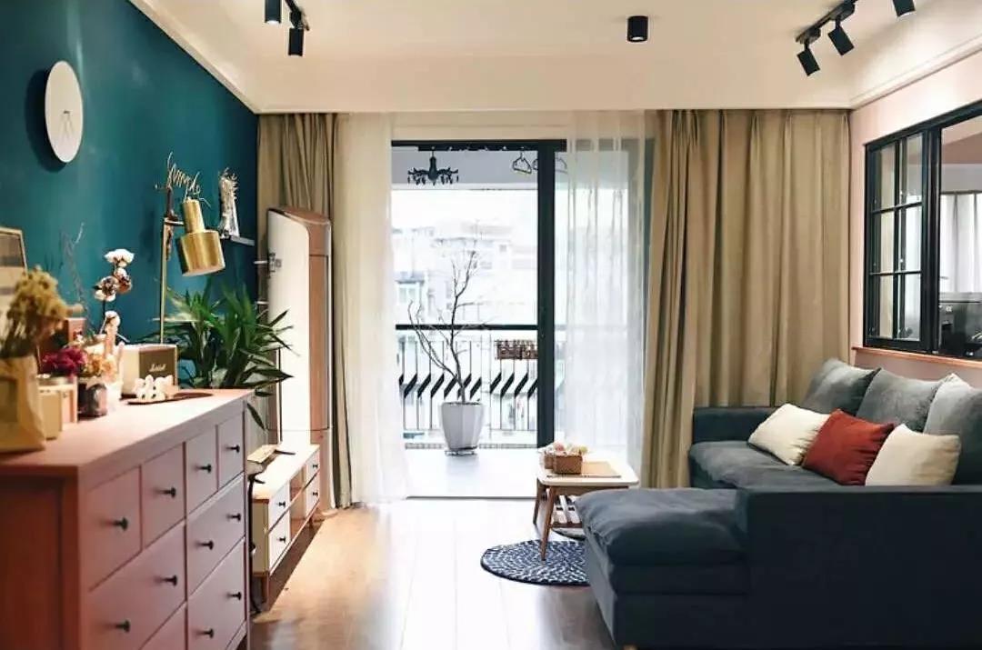 90后美女摄影师79㎡混搭风的家,超级大阳台+绝美衣帽间,美