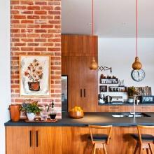 黑色的吧台面,让浮躁的心平静下来,原木色的台柜和粗糙的转头墙面,让一切回归原始。