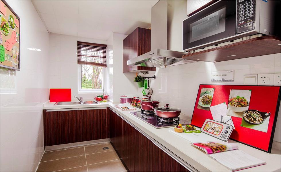 白色瓷砖铺满L型小厨房,反光效果良好且方便清理。原木肌理和同色调的窗帘营造出一种朴实的自然气息。自制一面画板,将烹饪知识和图片钉上去,搭配大红底色,养眼又方便。,70平,6万,两居,混搭,厨房,白色,原木色,