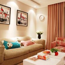 暖粉色的小客厅,布置得很温馨。棉麻材质的沙发柔软舒服,茶几买的是多层抽屉的,纯白色在一派暖色中显得十分干净漂亮。