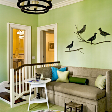 儿童房是最适合使用绿色的地方,环保健康而且很有活力,在墙面上贴上壁纸,春天鸟语花香的感觉就有了。