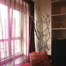 红色的落地窗纱帘,给人若隐若现的朦胧美感,在这样的窗边摆上舒适的沙发,当微风轻轻吹拂,坐在这里小憩一会总是让人心旷神怡。