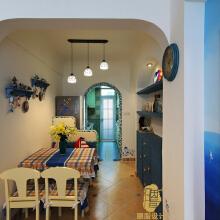 蓝白黄格子条纹餐桌、椅。不占空间的前提下,蓝色入墙装饰柜与餐厅组成二合一的功能空间