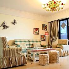 格子布沙发,墙上的蝴蝶好像正在游离在一个梦境当中。庄生晓梦迷蝴蝶。