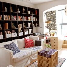 客厅沙发背后,书桌是现场制作,双层杉木指接板油漆调色