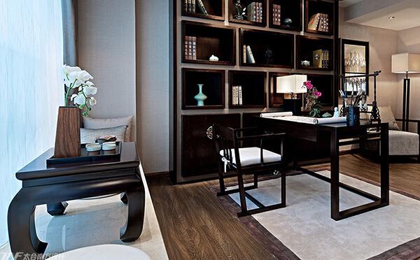 形态优美的桌椅,做工精良的花格,端庄而稳健,无不在传递着主人对空间一种修身养性的生活态度。,原木色,40万,四居,中式,175平,书房,