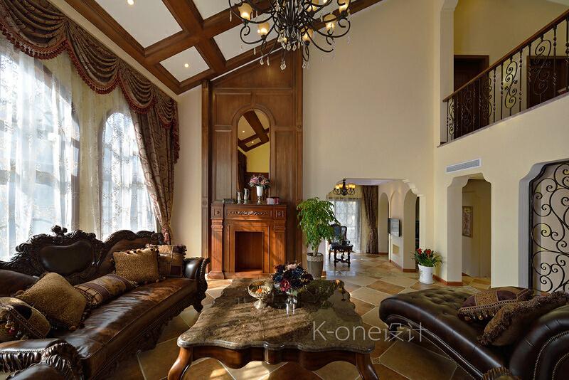 一楼客厅,黄色墙壁和橘色地板形成了鲜明的对比,常见的壁炉、罗马古柱等古典元素随古典美式家具一道,成为古典美式的的点睛之笔。,客厅,别墅,110万,340平,