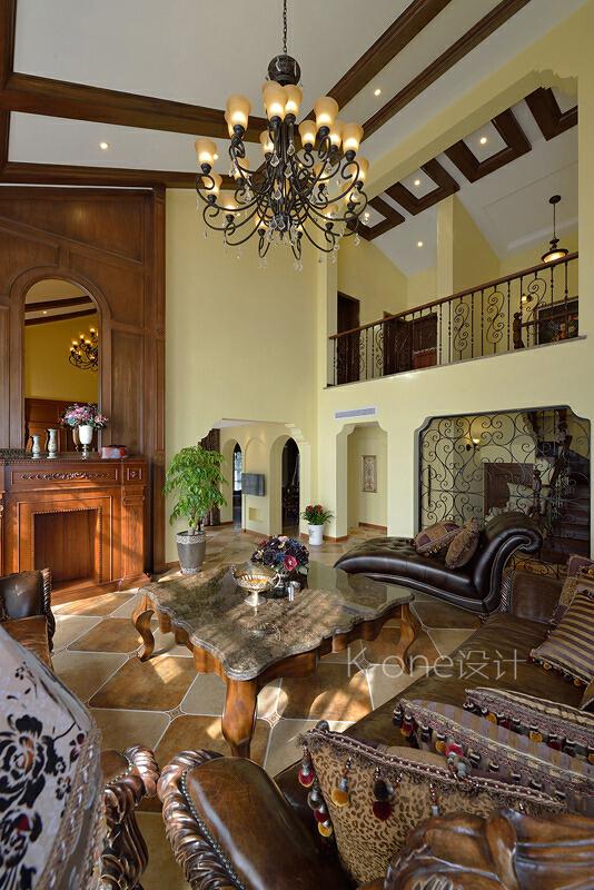 客厅的吊顶沿用了原来的结构,加了木梁的造型衬托了整个空间,木雕花的皮质沙发搭配着木结构的大型壁炉使得整个空间沉稳优雅。,美式,别墅,340平,客厅,110万,